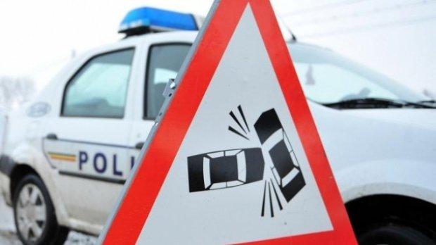 Microbuz implicat într-un accident, din cauza poleiului