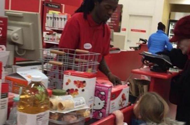 Îşi aștepta rândul la magazin și era pe cale să-și piardă răbdarea. Femeia a primit o lecție de viață pe care nu o va uita ușor