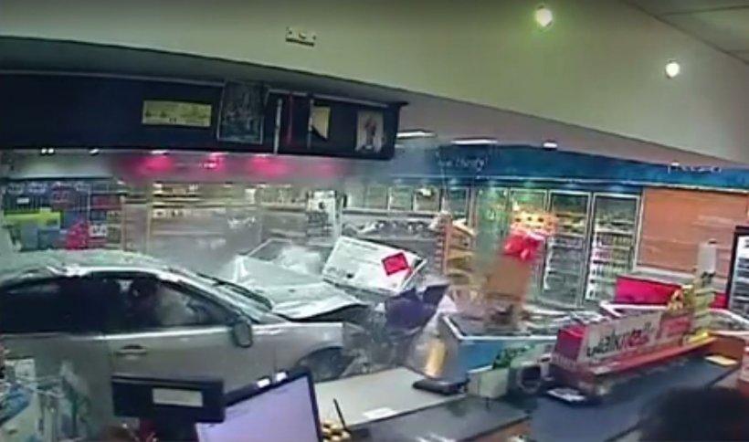 Accident șocant la o benzinărie. O femeie a fost la un pas de a sfârși strivită de o mașină scăpată de sub control