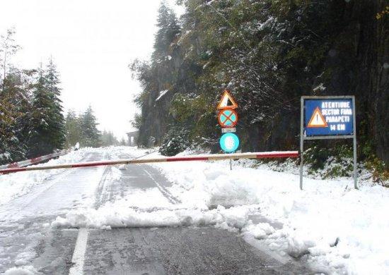Zeci de bolnavi în pericol, din cauza ninsorilor. Autorităţile au apelat la şenilate