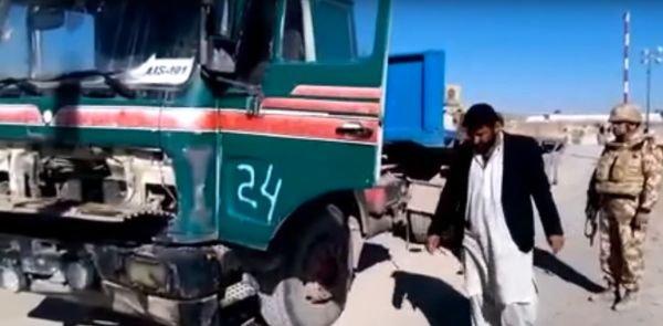 Camion cu numere de Bacău, zărit în Afganistan. Nimeni nu își explică de unde au putut face rost afganii de un TIR înmatriculat în România