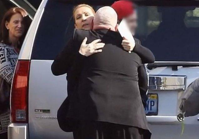 I se citeşte suferinţa pe chip. Celine Dion, prima apariţie după moartea soţului său