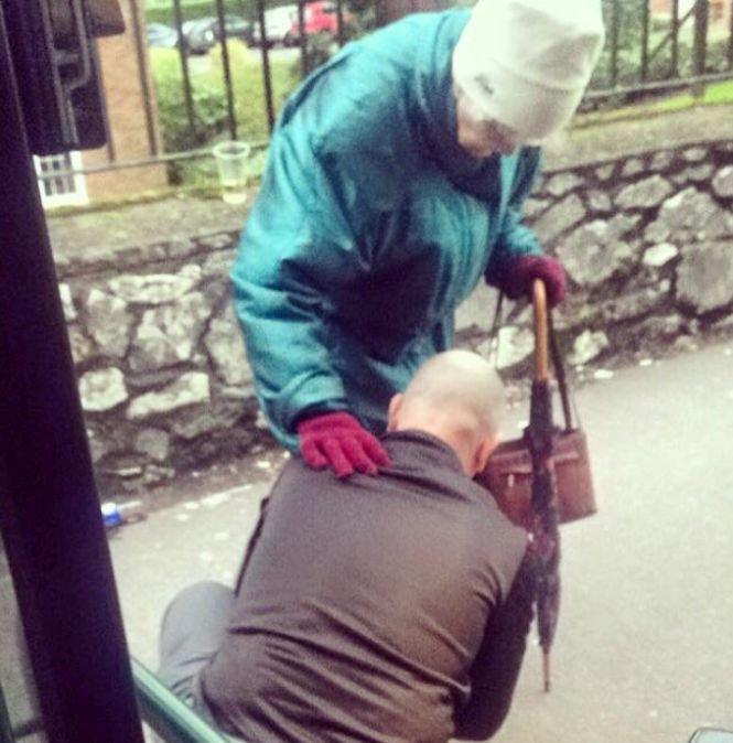 A coborât din autobuz, s-a aplecat și a făcut un gest care i-a uimit pe pasageri. Cum a reacționat bătrâna din imagine