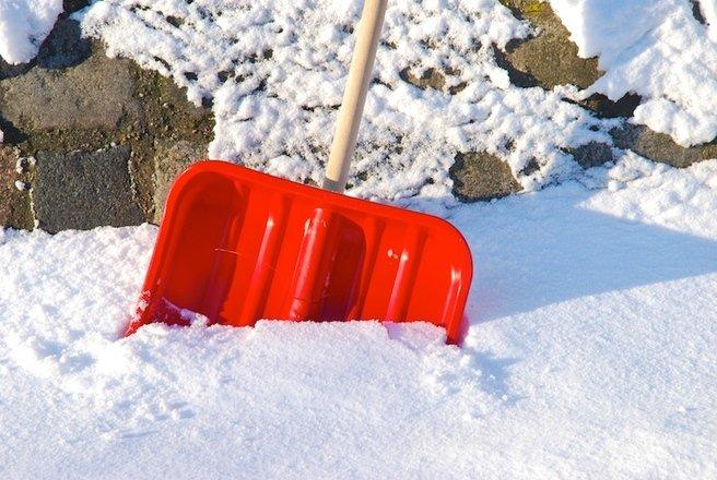 De ce mor unii oameni în timp ce curăță zăpada. Explicația oamenilor de știință