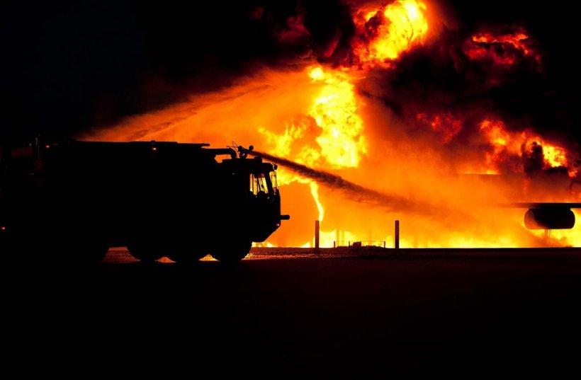 Incendiu puternic în Capitală. Două case au ars aproape în totalitate