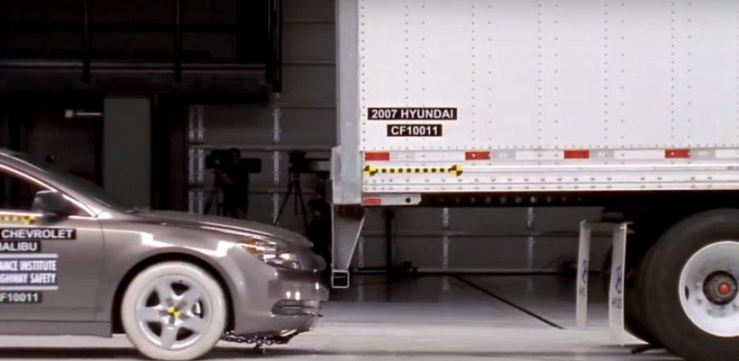 Crash test. Autoturism vs. remorca unui TIR