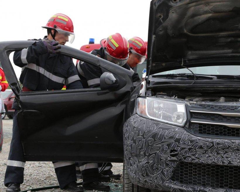Fiul unui afacerist din Mureş, scos de pompieri din maşină. Tânărul dormea dus în BMW