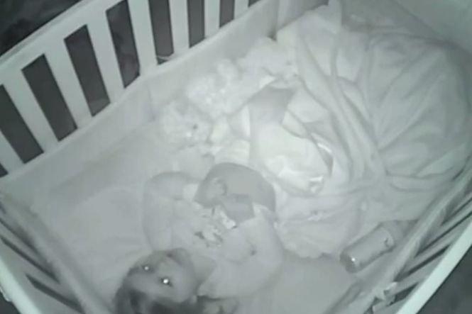Și-au filmat copilul de 2 ani pe ascuns și au descoperit ceva incredibil. Ce făcea fetița noaptea