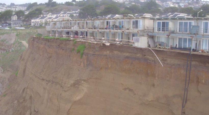 Stare de urgență în California: Casele oamenilor sunt înghițite de pământ - VIDEO