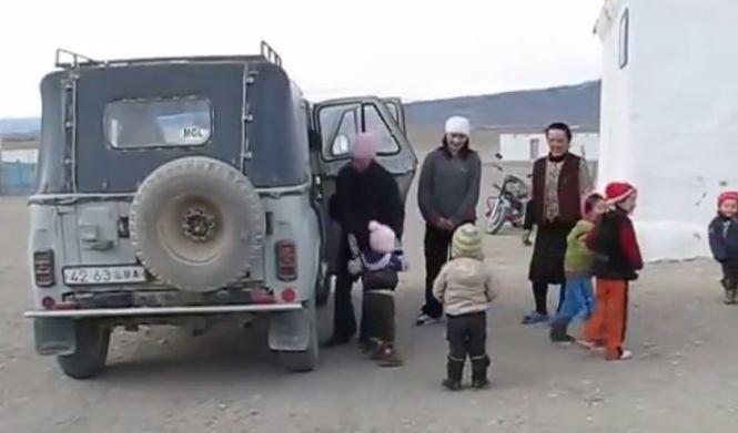 Autoritățile au fost șocate. 35 de copilași înghesuiți într-o veche maşină de teren VIDEO