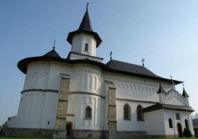 Catedrala Arhiepiscopiei Roman a fost jefuită. Cu ce sumă imensă au fugit hoții