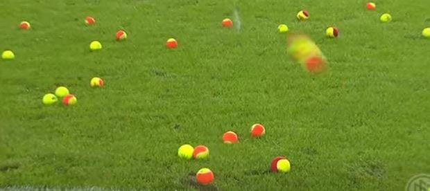 Mingi de tenis la un meci de fotbal