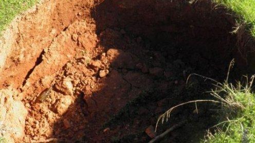 Crater imens în mijlocul unui drum. Groapa depăşeşte 3 metri adâncime