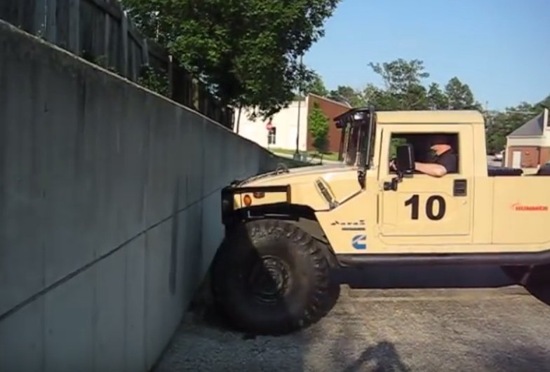 Avem un Humvee și un zid. Care e mai tare? - VIDEO