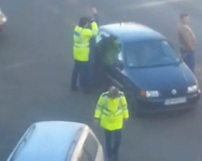 Doi poliţişti de la Rutieră, bătuţi în plină stradă - VIDEO