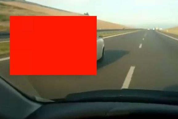 Imagini incredibile filmate pe autostradă. Șoferul a fost șocat când a văzut ce trece pe lângă el