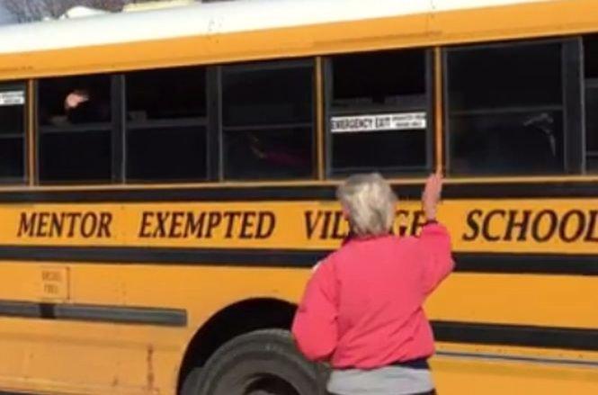Se duce în fiecare dimineață în stație și face acest gest către copiii din autobuz. Ce i s-a întâmplat femeii