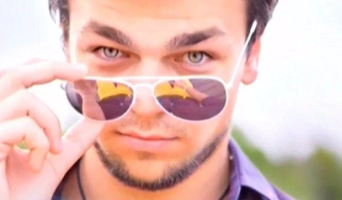 """El este Leonardo DiCaprio de România! Seamănă izbitor cu """"Lupul de pe Wall Street"""" și are deja mii de fani"""