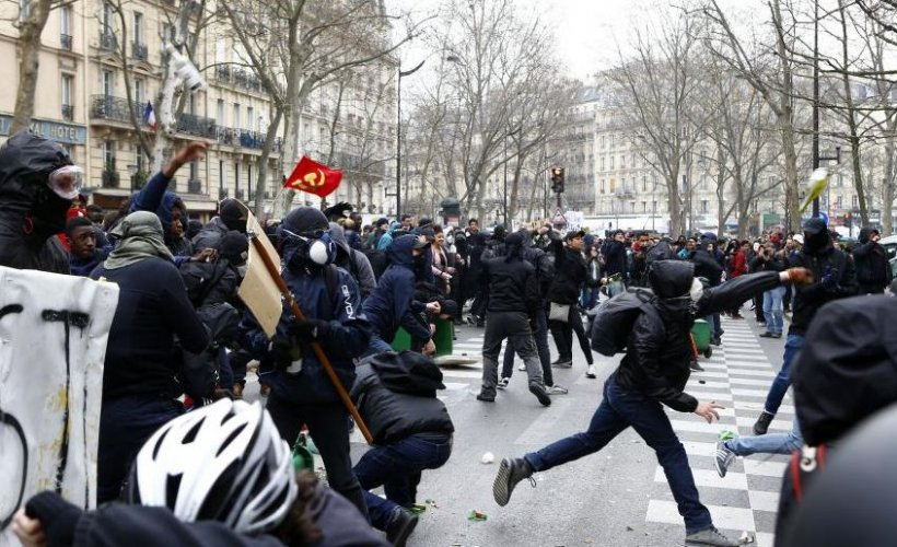 Proteste de amploare în Franța. Forțele de ordine au folosit gaze lacrimogene pentru a dispersa mii de tineri