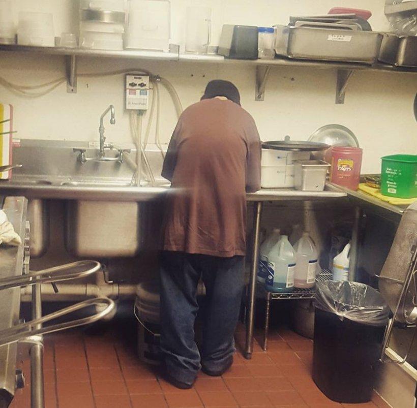 A intrat într-un restaurant și a cerut ceva de mâncare. În loc de ajutor, a primit o întrebare care i-a schimbat viața