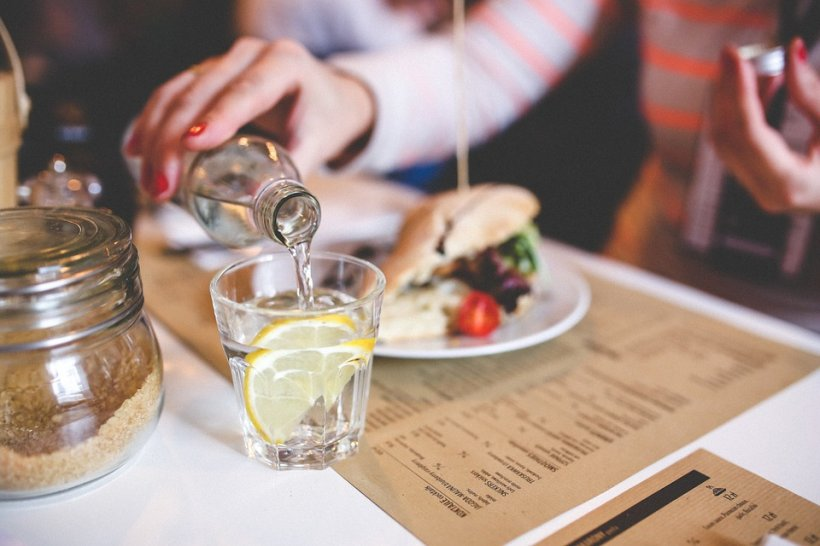 Bei apă în timpul mesei? Medicii explică de ce trebuie să renunți imediat la acest obicei