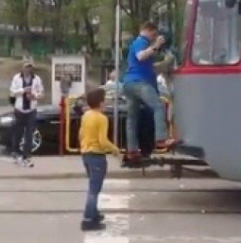 Revoltător. Un vatman dezbracă un copil în plină stradă și șterge tramvaiul cu haina acestuia - VIDEO