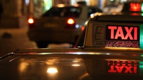 Un taximetrist a ajuns vedetă în România. Distanţa parcursă de acesta la volanul unei Dacia Logan