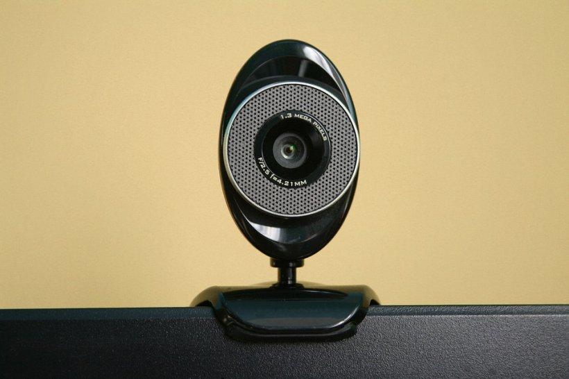 Te temi că poţi fi spionat prin webcam? FBI te învaţă cum să te protejezi
