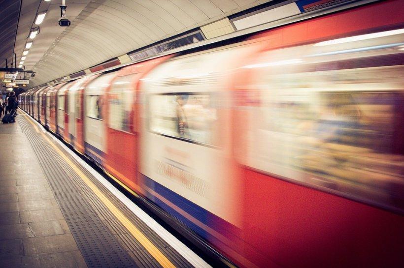 Ură dusă la extrem. Un pensionar a împins intenționat o femeie în fața metroului. VIDEO ȘOCANT