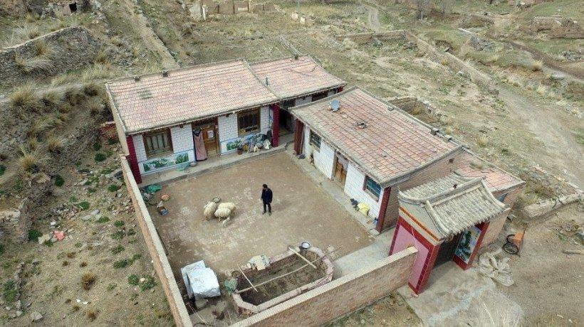FOTO! Cum arată satul cu un singur locuitor. Viața acestui bărbat ar putea deveni subiect de film