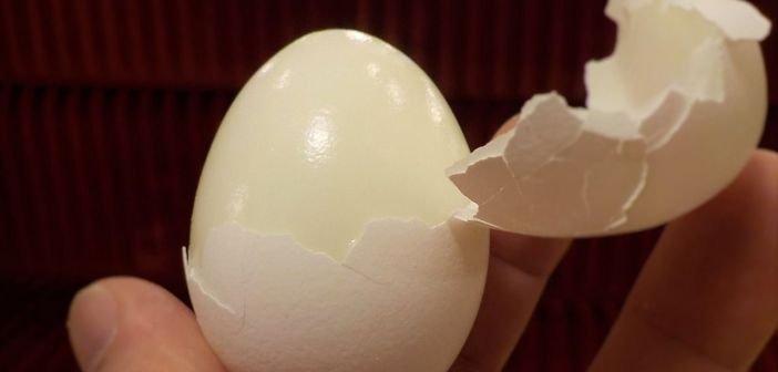 Metoda geniala prin care cureti un ou fiert de coaja in 5 secunde!