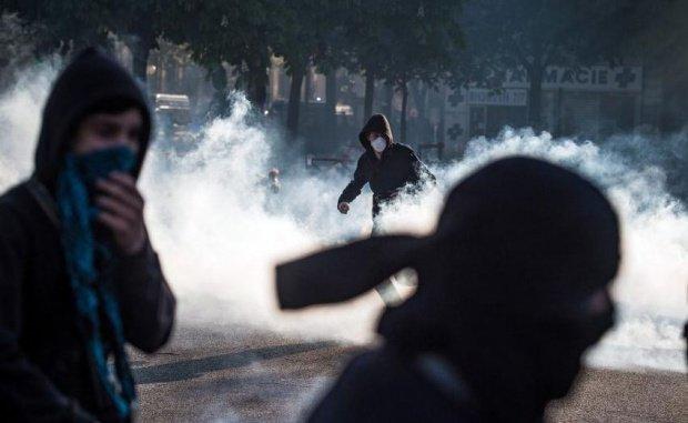 Proteste violente la Paris. Autorităţile au intervenit cu gaze lacrimogene