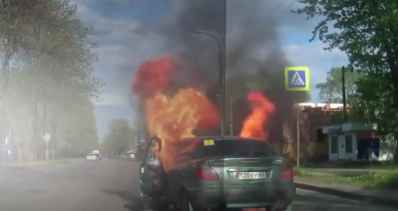 Clipe de coşmar în trafic, după ce o maşină a explodat din cauza unei ţigări - VIDEO