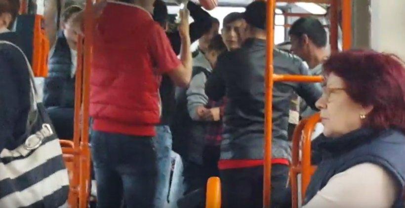 Un nou show cu manele în tramvaiul 41. Pentru că gașca era mare, nimeni nu a avut curajul să intervină - VIDEO