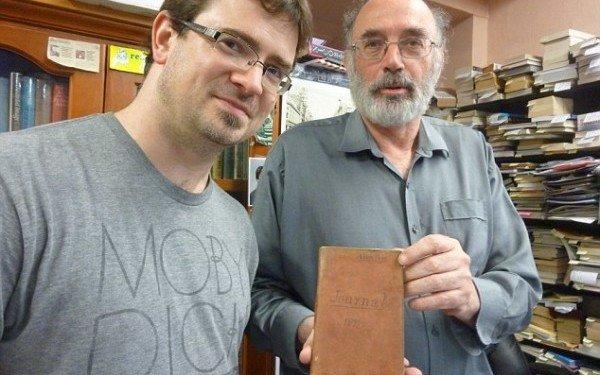 A dat peste o carte veche şi a crezut că nu valorează nici 20 de dolari. Când a deschis-o a descoperit o comoară ascunsă