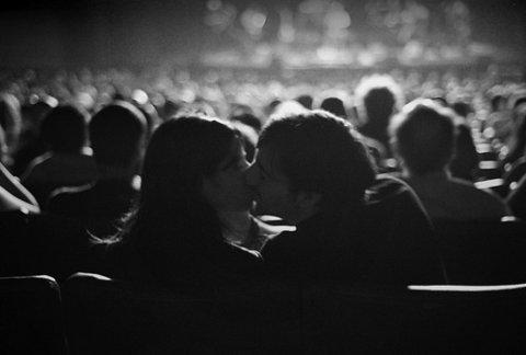S-au dus la cinema sa faca sex. Cand s-au uitat mai bine spre ecran au impietrit