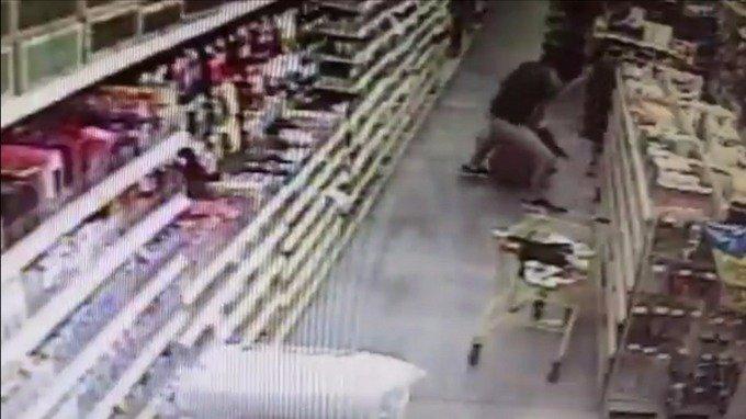 Momente dramatice surprinse de camerele de supraveghere dintr-un supermarket (Video)
