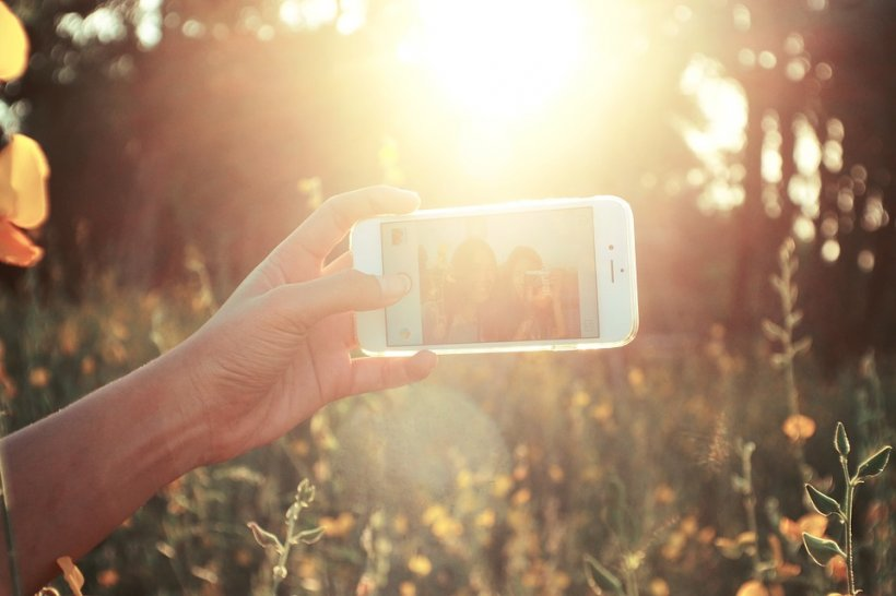 Au făcut două selfie la trei ani distanță. Surpriza uriașă pe care au avut-o când s-au uitat la poze. Tinerele au încremenit când și-au dat seama că...