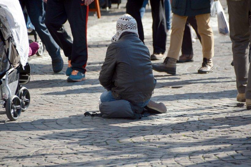 Caz revoltător! Om al străzii, aruncat în mașina de gunoi