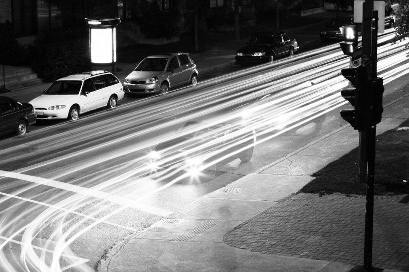Parcatul pe trotuar ar putea fi legal. Cine vrea schimbarea Codului Rutier