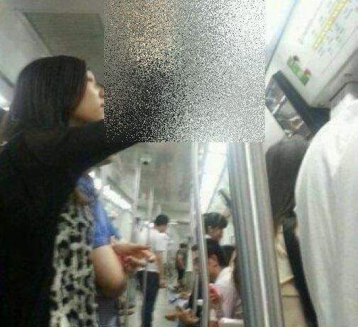 Cum a fost fotografiată o tânără la metrou. Puțini s-ar fi gândit să facă asta!