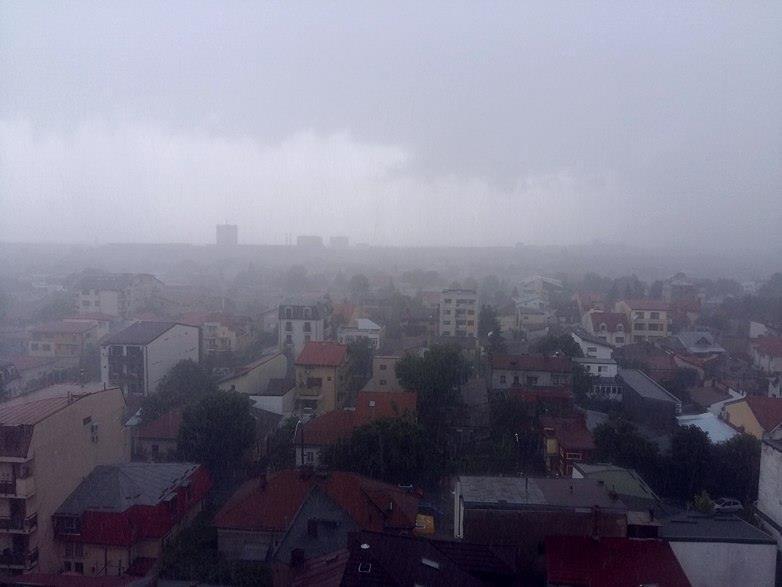 Natura s-a dezlănţuit. Rupere de nori în Capitală