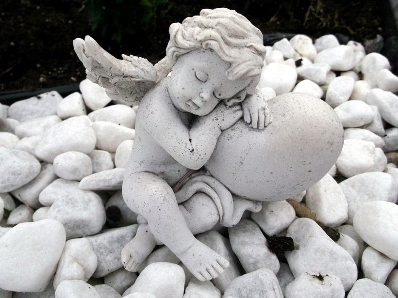 Lux la cimitir! Cavou dotat cu canapea din piele şi covoare persane