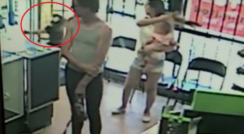 Și-a luat puțin ochii de la fetiță ca să achite cumpărăturile. În clipa următoare ușa magazinului s-a deschis și... Urmarea este îngrozitoare - VIDEO 817