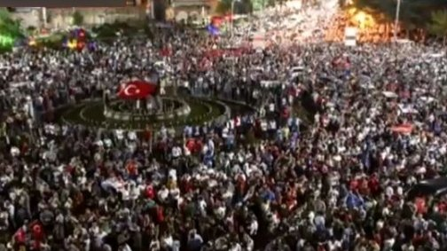 """""""Teroriști care au îmbrăcat uniforma militară își atacă propriul popor cu tancuri."""" Mii de turci au ieșit din nou în stradă pentru a protesta"""
