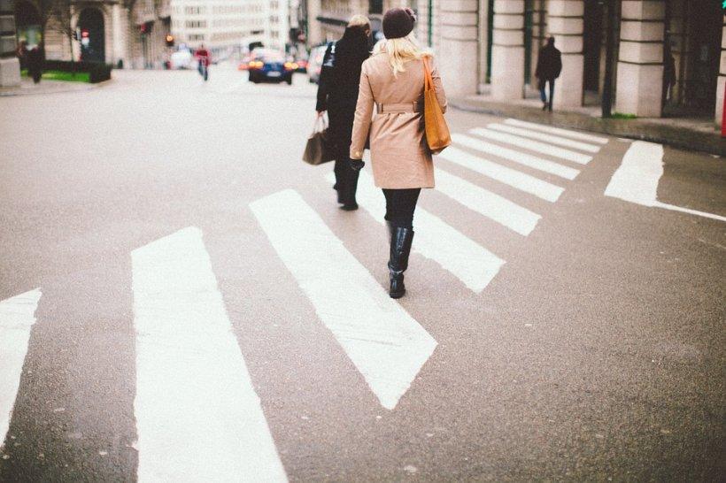 Ce a pățit o femeie pentru că unui bărbat i s-a părut că traversează prea încet. Un martor a surprins imaginile revoltătoare - VIDEO