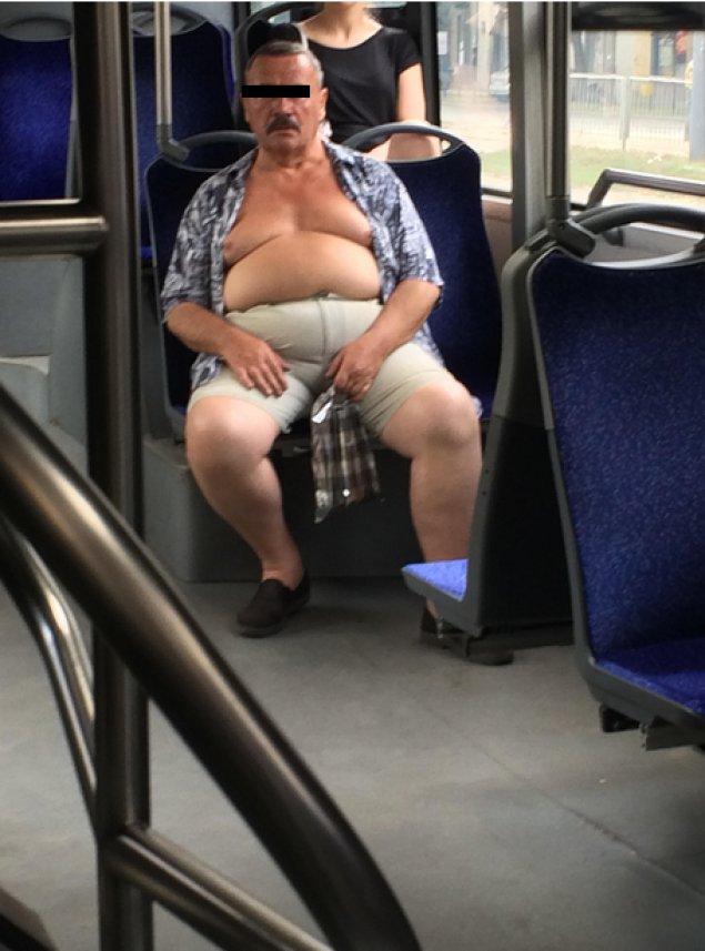 In ce hal s-a urcat barbatul asta intr-un autobuz din Bucuresti! In partea de jos pare normal, dar daca vezi poza intreaga... 16