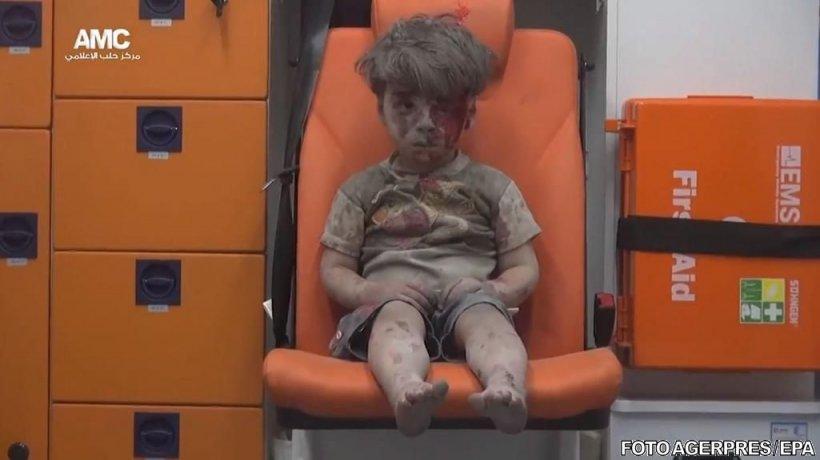 """""""O fotografie cât 1000 de cuvinte"""". O nouă imagine cu """"băieţelul din ambulanță"""" face înconjurul lumii"""