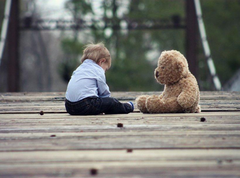 Poliția a fost chemată să verifice un copil care se plimba singur, cu un ursuleț de pluș, pe stradă. Cazul care a emoționat Cincinnati