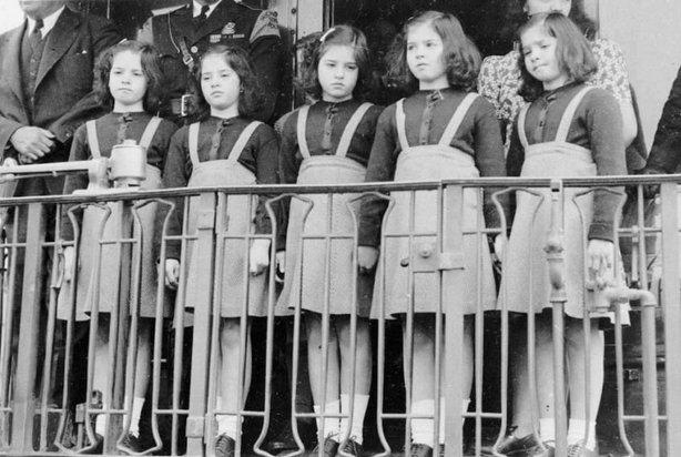 Cinci fetițe nefericite s-au aliniat lângă gard. Când au împlinit 18 ani, lumea în sfârșit a înțeles